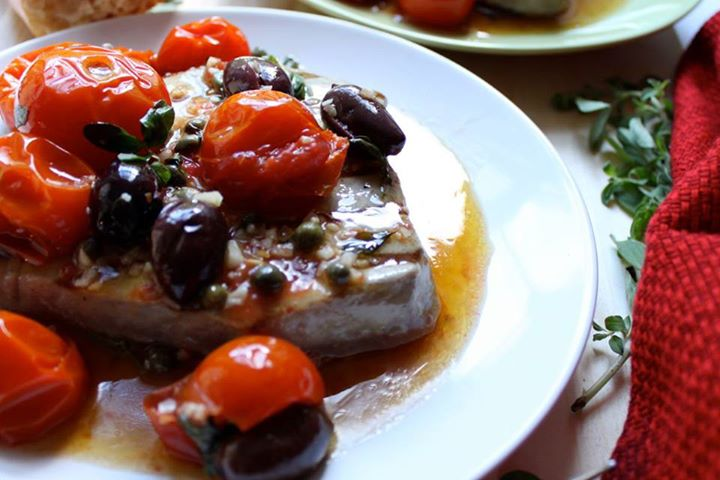 Trancio di tonno con olive e pomodorini