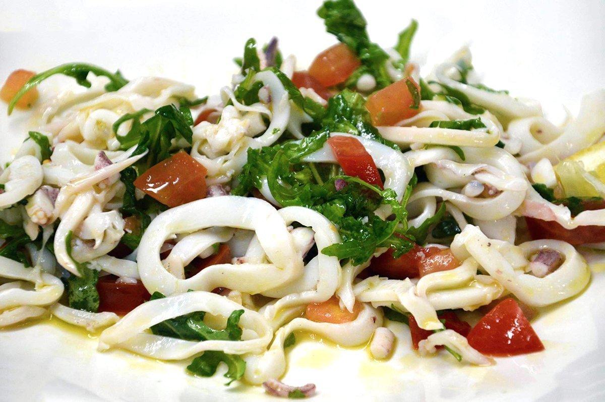 Insalata di calamari con rucola e pomodori