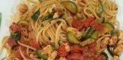 Spaghetti con gamberi, pomodori e zucchine